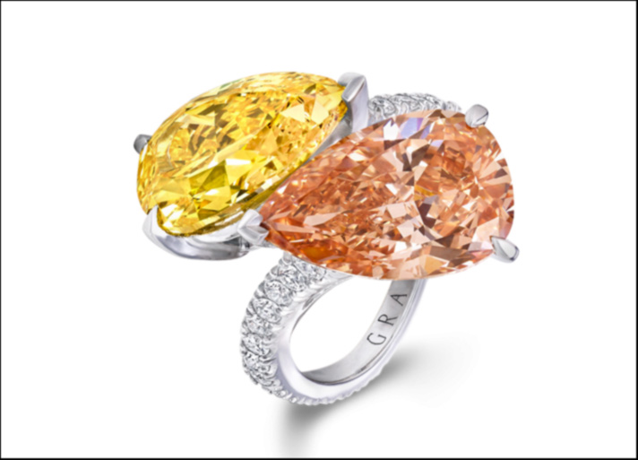 Graff Diamonds, anello con diamante Fancy Brown Orange Internally Flawless da 5,01 carati e un diamante Fancy Vivid Orange Yellow da 5,05 carati entrambi a forma di pera, con pavé di diamanti incolore sul gambo