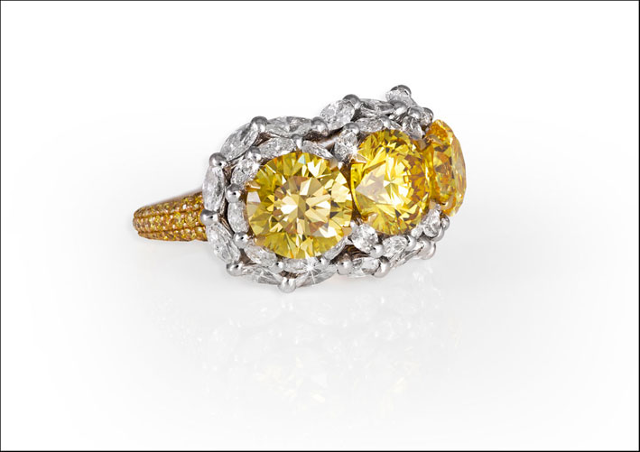 Anello con due diamanti vivid yellow