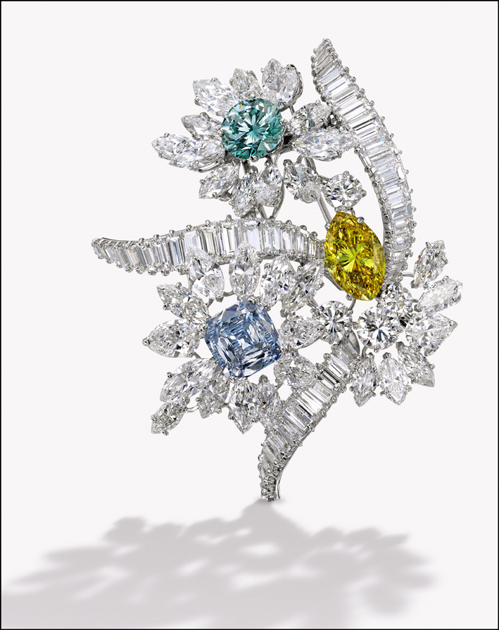 Spilla di Bulgari con diamanti bianchi, fancy yellow e blu, del 1964. Venduta per 1,75 milioni di dollari.  Courtesy Sotheby's