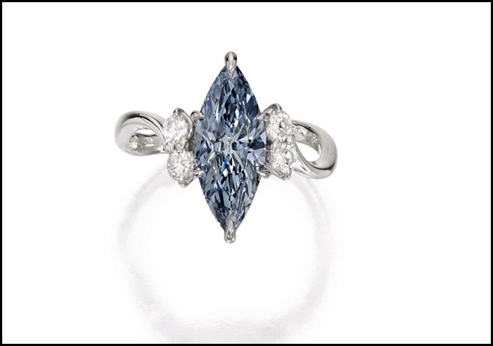 Anello con diamante fancy intense blu taglio marquise.  Venduto per 910mila dollari.