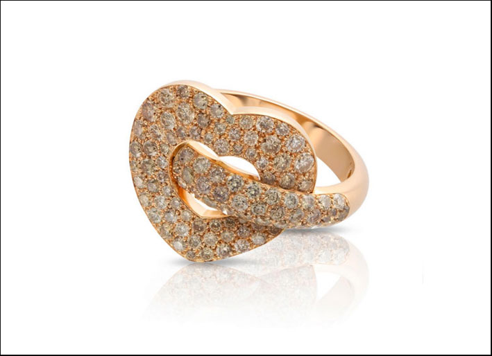 Anello in oro rosa con pavé di diamanti