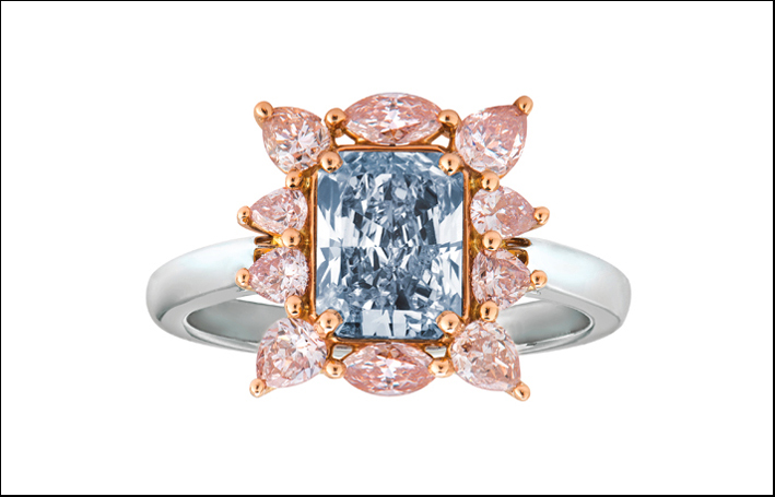 Anello con diamanti rosa marquise e Fancy Light Blue al centro