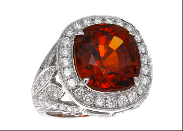 Anello con zaffiro orange.