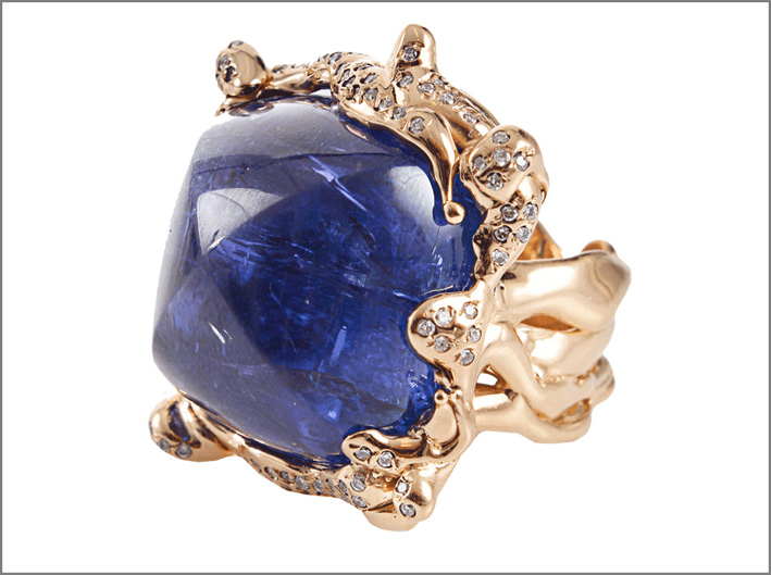 Anello in oro, diamanti e tanzanite cabochon. Prezzo: 42.900 euro