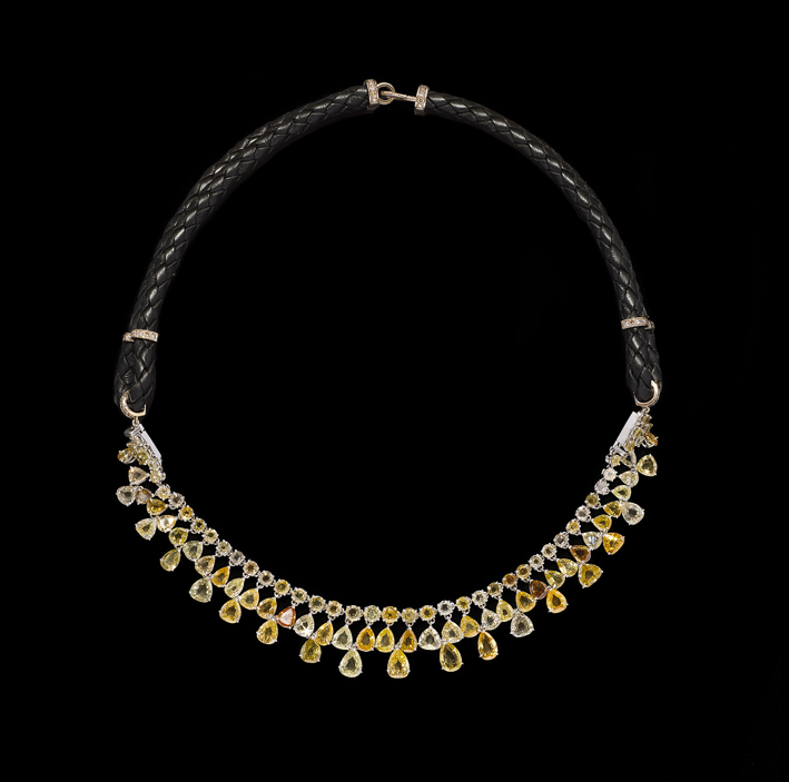 Collana in oro, cuoio e diamanti fancy yellow
