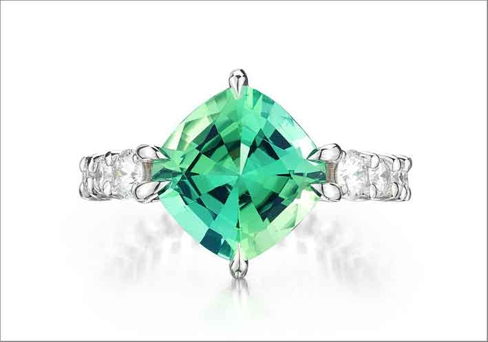Anello Eternity con tormanlina menta e diamanti. Prezzo: 17.000 dollari