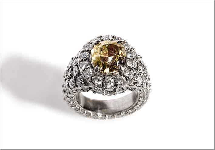 Anello con diamante brown