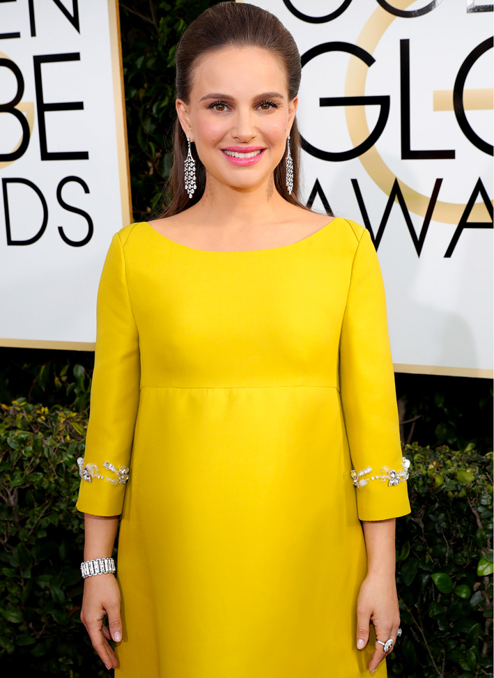 Natalie Portman, nominata come Miglior Attrice nella categoria Motion Picture – Drama, ha indossato orecchini Tiffany Fringe in platino e diamanti, un anello con diamanti bianchi e gialli e un bracciale con diamanti Tiffany Archives