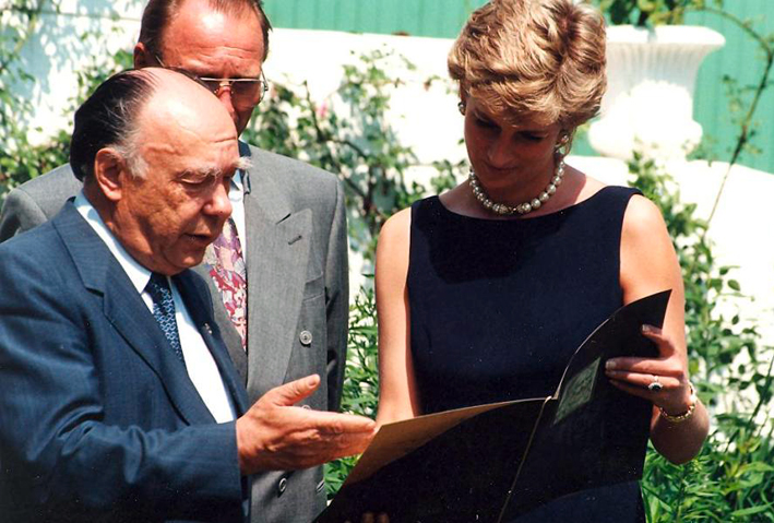 Diana Spencer in un'occasione uffciale, con collana in oro bianco e diamanti