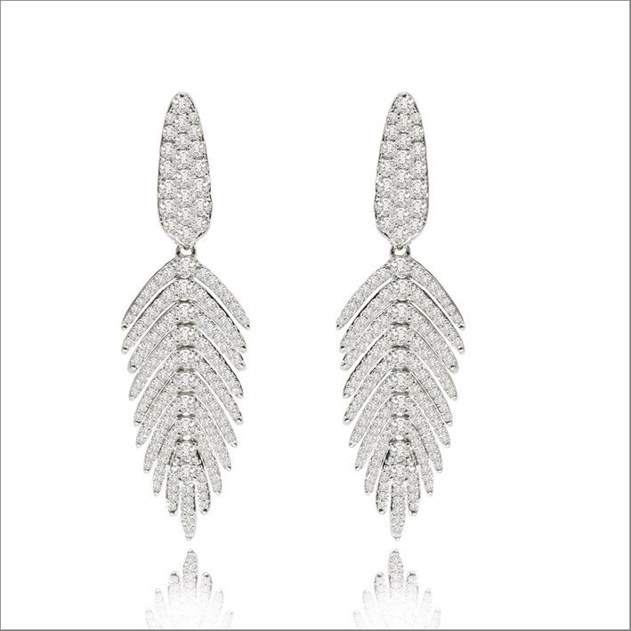 Orecchini della Flexible Feather Collection in oro bianco e diamanti bianchi. Prezzo: 7.000 dollari