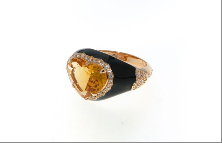 Anello in oro con smalto nero, diamanti, citrino