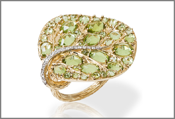 Anello in oro con diamanti e peridoto. Prezzo: 3475 dollari