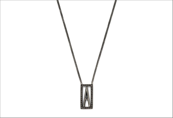 Single scapular necklace. Collana in oro annerito e diamanti. Prezzo: 1488 dollari