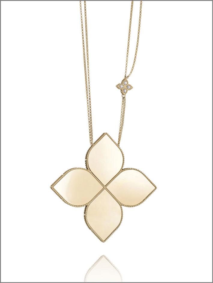 Extra large flower pendant in yellow gold and diamonds