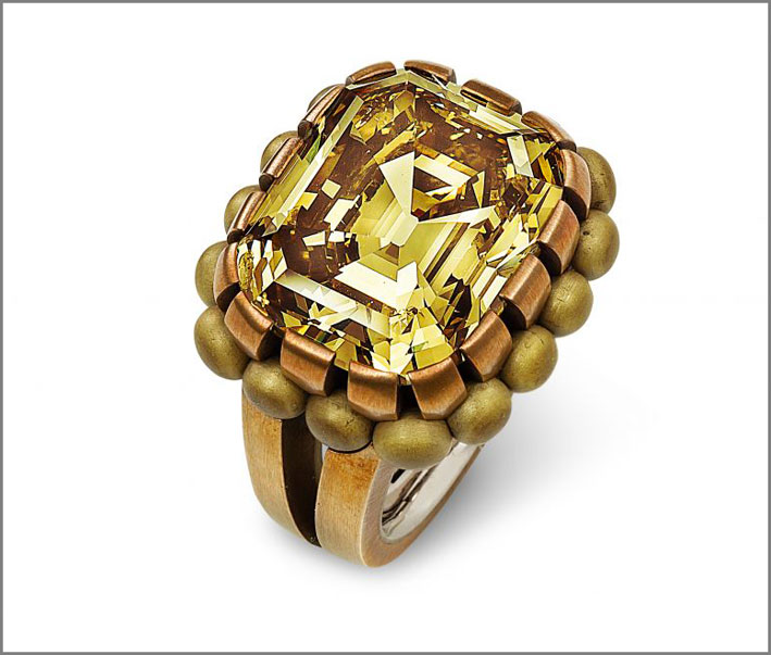 Anello di Hemmerle, in bronzo, oro bianco e diamante fancy yellow