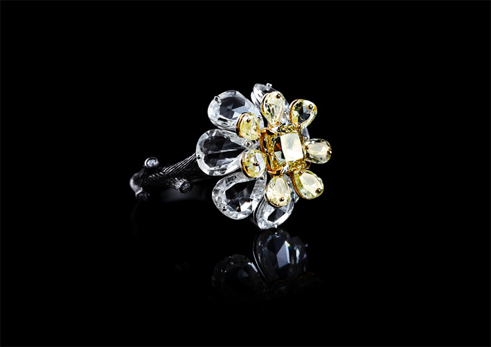 Anello con diamanti bianchi e vivid yellow