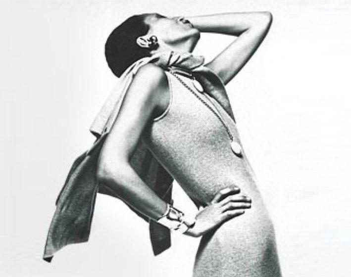 Elsa Peretti in un abito Halston e con il suo bracciale rigido Bone, 1971