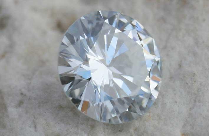 Diamante sintetico dopo il taglio e la lucidatura