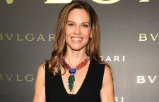 Hilary Swank a Hong Kong con collana Bulgari