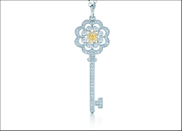 Tiffany Keys, pendente chiave rosa, in platino e oro bianco con diamanti gialli tondi per 0.22 carati.  Prezzo: 4.050 euro