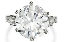 Anello di platino e diamante da 6.46 carati di Tiffany. Stima: 100.000-150.000 dollari. Venduto a 560.500 dollari, cioè 430mila euro.