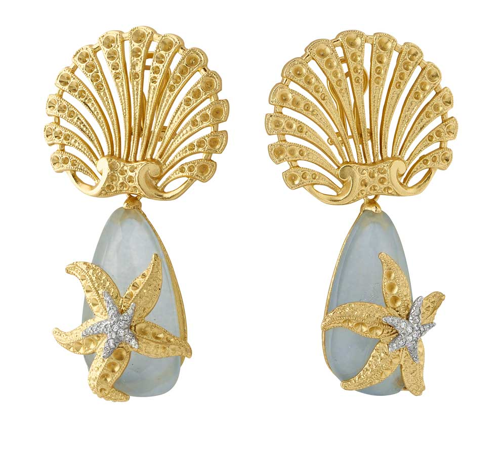 Orecchini in argento placcato oro 18kt e zirconi bianchi; pendente giada e cristallo di rocca. Prezzo: 357 euro.