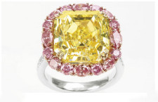 L'anello Blushing Gold, 13,10 carati, con un diamante giallo  e diamanti rosa ad anello. È valutato 900mila dollari