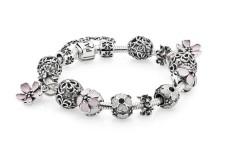 Bracciale Pandora della collezione Romance, con fiori rosa