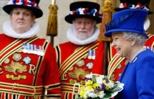 La regina, con la collana di perle, dopo la cerimonia del Maundy money