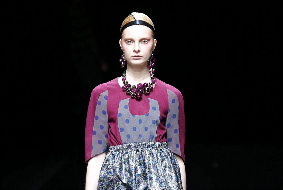 Una modella presenta una creazione della designer giapponese Yuma Koshino durante la Mercedes-Benz Fashion Week a Tokyo, in Giappone