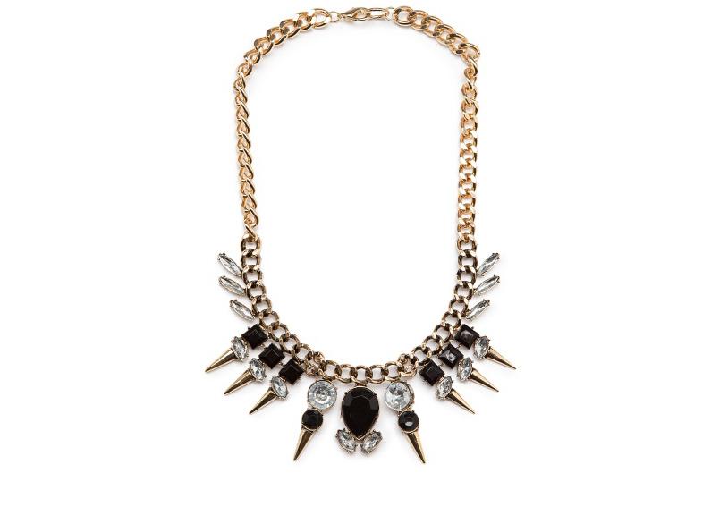 Collana *stile schiavo* di Mango, con punte di cristalli. Prezzo: 14,99 euro