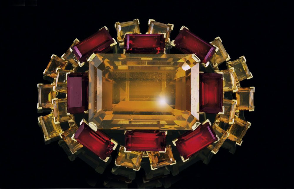 Spilla con citrini, complessivamente 84 carati. Oro 750, intorno al 1940/50, 47,3 grammi. Stima: 3.000-4.000 euro