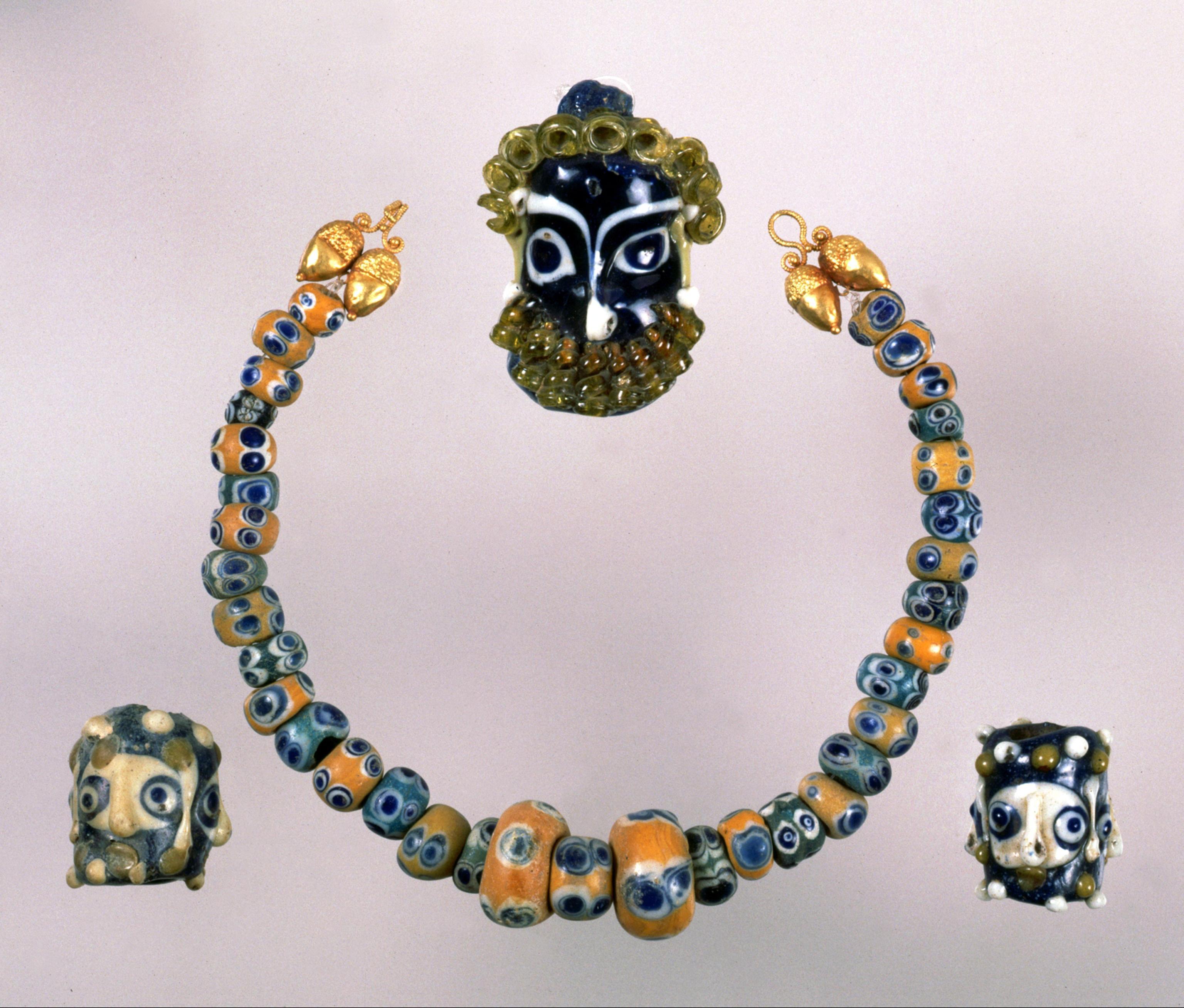 Collana con vaghi di pasta vitre e pendenti a maschera umana, da Orvieto, IV secolo a.c. Roma, Museo nazionale Villa Giulia, collezione Castellani