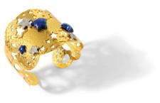 Nefertiti: bracciale in argento placcato oro 24 carati, lastra martellata con applicazioni stelle in lapislazzuli naturale e in argento e zirconi bianchi. Il prezzo è di 648 euro