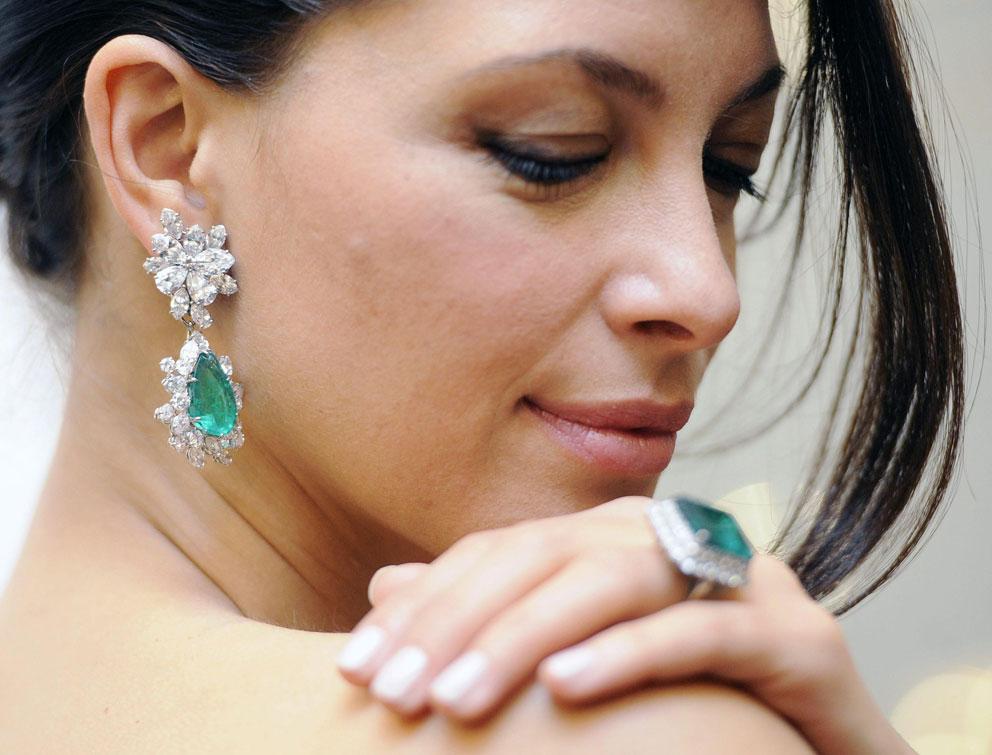 Smeraldi e diamanti per orecchini e anello. Saranno battuti il 14 maggio a Ginevra