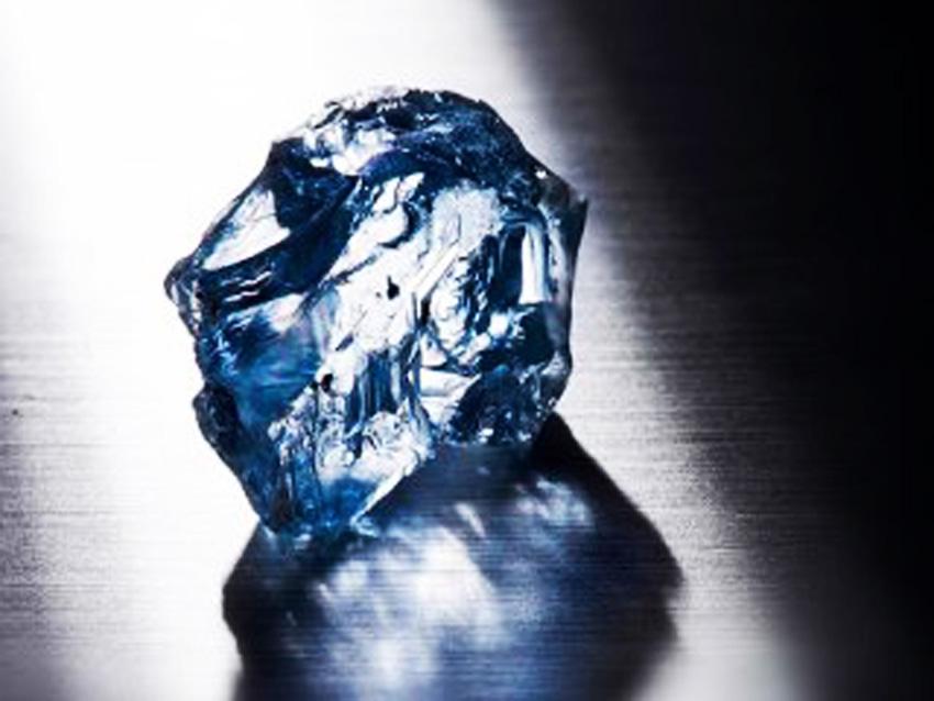 Il diamante blu grezzo estratto
