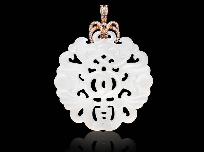 Uno dei pendendi di giada bianca che saranno presentati a Baselworld
