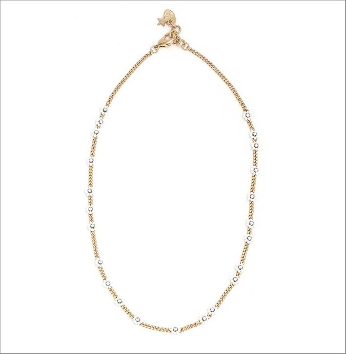 Collana in ottone con finitura color oro, perline e strass