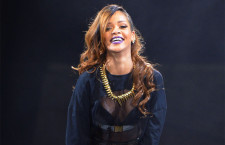 Rihanna con la collana d'oro a denti di suqalo indossata nel Diamonds tour