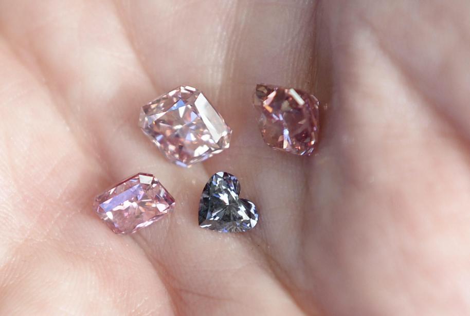 I tre diamanti rosso-rosa e quello blu