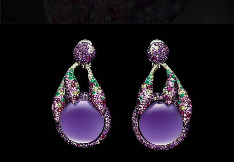 Orecchini con due ametiste cabochon, 423 ametiste, 12 diamanti bianchi, 50 smeraldi, 86 peridoti, 102 rubini e 116 zaffiri rosa, il tutto in oro bianco