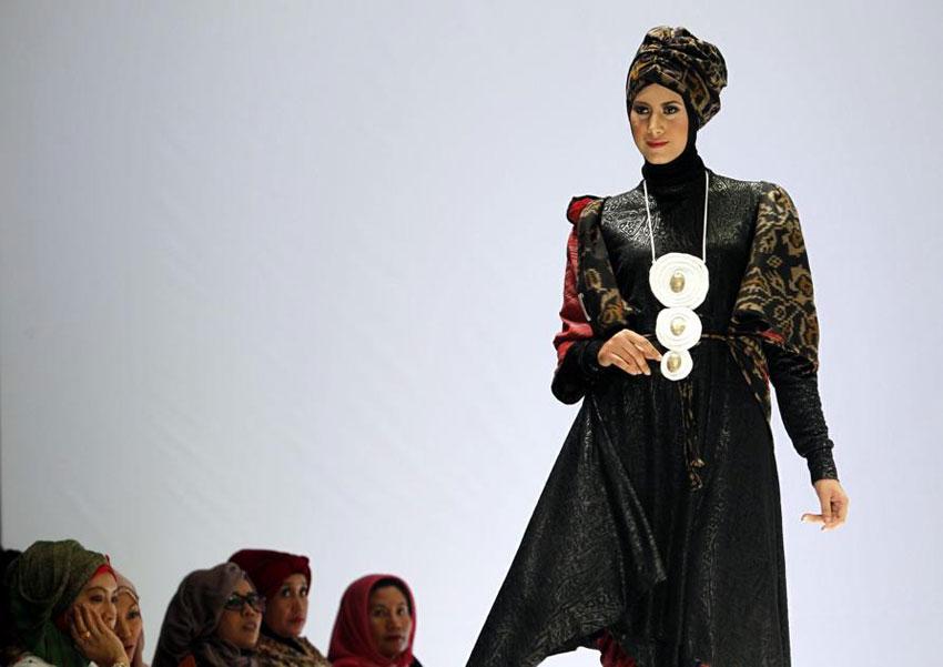 Una maxi collana per la modella che presenta la collezione di Najua Yanti, a Giakarta