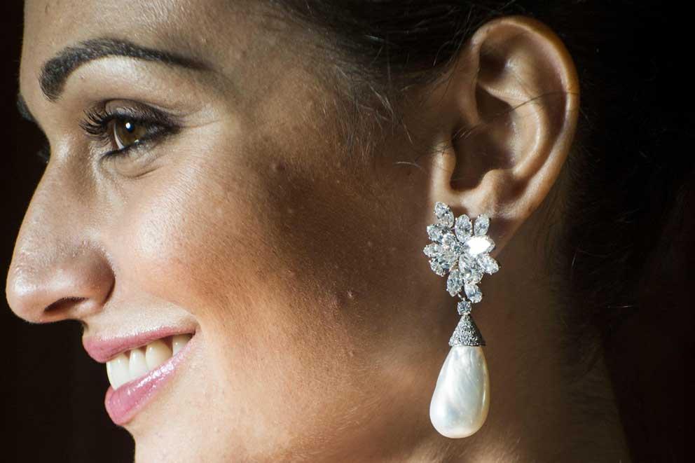 Gli orecchini con due grosse perle naturali