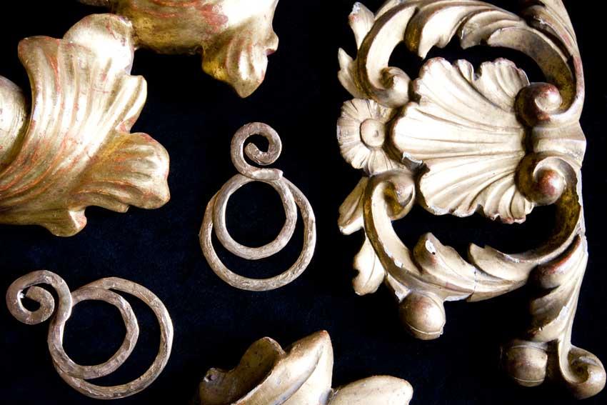 Orecchini round in bronzo perno e farfalla in argento. Prezzo: 925 euro