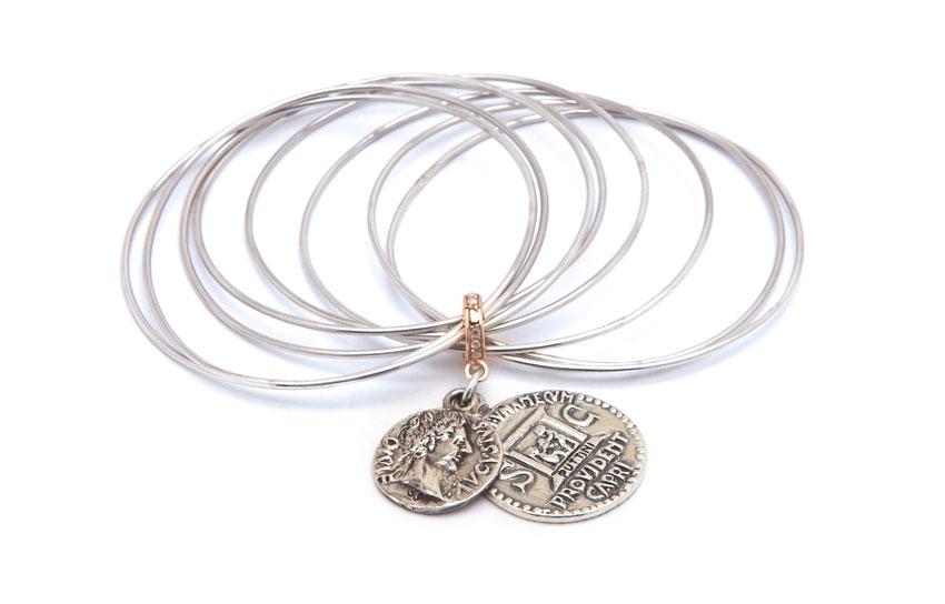 Bracciale con cerchi e monete: argento 925, maglia in argento rosato con diamanti. Prezzo: 856 euro