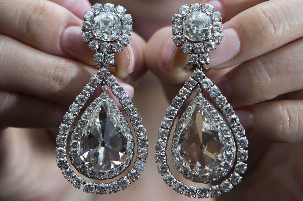 Orecchini di diamanti pendenti, del peso di circa 8.16 e 6.90 carati