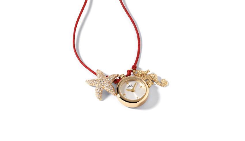Girocollo con cordino rosso; pendenti stella marina in zirconi; cavalluccio in argento e orologio in acciaio. Prezzo: 203 euro