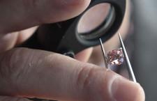 Diamante rosa sotto la lente del gemmologo