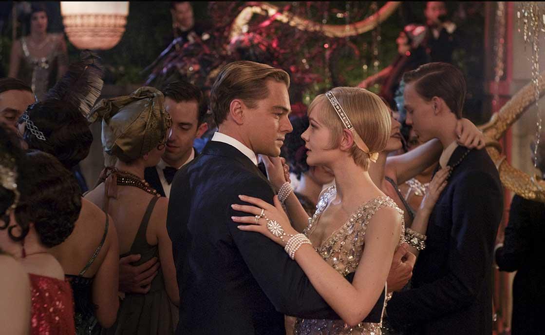 Carey Mulligan (Daisy) e Leonardo DiCaprio (Gatsby) nel nuovo film diretto da Baz Luhrmann. I gioielli che indossa Daisy sono stati realizzati appositamente da Tiffany