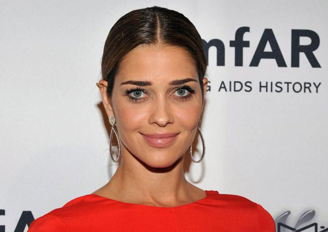 La modella brasiliana Ana Beatriz Barros con maxi orecchini